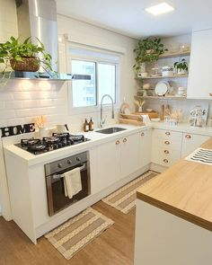 "8,584 oznaka ""sviđa mi se"", 96 komentara – ElasDuasDecoram (@elasduasdecoram) na Instagramu: ""Olá, pessoal!  Temos falado bastante sobre plantas por aqui.  E um fator importantíssimo para que…"" Kitchen Room Design, Kitchen Sets, Home Decor Kitchen, Interior Design Kitchen, Home Kitchens, Mexican Style Kitchens, Minimalist Kitchen, Beautiful Kitchens, Kitchen Remodel"