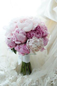 5月のブーケの代表格のひとつ、芍薬のブーケ。 こちらの美しい花嫁様から 翌日にお写真とメールをいただきました。 その前の週か...