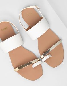 Sandals Summer White and gold sandals. - There is nothing more comfortable and cool to wear on your feet during the heat season than some flat sandals. White Sandals, Gold Sandals, Shoes Sandals, Flat Sandals, Gladiator Shoes, Metallic Sandals, Pretty Sandals, White Flat Shoes, Simple Sandals