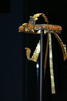 Tutankhamun Diadem Golden Diadem, inlaid with colored glass and semi-precious stones, was still around the head of Tutankhamun when Howard Carter opened the royal coffin more than three thousand years. Royal Crown Jewels, Royal Crowns, Tiaras And Crowns, Ancient Egyptian Jewelry, Egyptian Art, King Tut Tomb, Egyptian Costume, Tutankhamun, Kings Crown