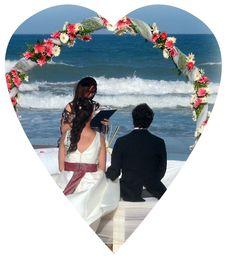 Los novios dándose el ,si quiero, junto al mar...romanticismo total!!