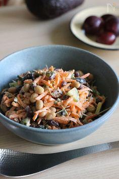 パパッと混ぜて美味しい、スプーンでパクパク食べるサラダです。簡単ヘルシーで、これだけで朝食にもなるし、軽食にもオススメ♪  レーズンを多めに加えて少し甘めになっています。  マヨネーズに少しオリーブオイルを加えることでぐっと風味アップしますよ。
