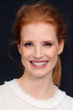 We love a good purple shadow, but on Jessica Chastain — whoo boy. Her aubergine smoky eye is sexy without trying too hard, totally complementary to her coloring, and paired perfectly with a neutral pink lip hue and natural flush.