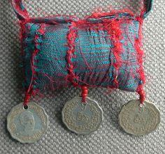 Collier textile amulette dans un esprit Boho/Chic. par VeronikB