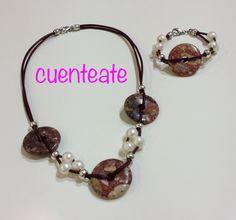 Conjunto con hilos de cuero fino, perlas cultivadas, discos de piedras y piezas en zamak con baño plata.