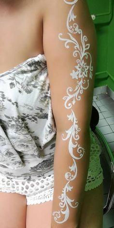 Fehér henna SINCS! (ahogy fekete sem) Sok helyen látni viszont csodás fehér testfestéseket. Sajnos ezek többnyire nem vízállóak, nem tartósak. Van viszont egy klassz megoldás: alkoholos, bőrbarát testfesték. A képen egy így készült esküvői testfestés van. A minta csodaszép lett, jól bírta az esküvői ceremóniát, a menyasszony táncot, sőt még napok múlva is díszítette a hölgy karját. Mehndi, Henna, Blog, Hennas, Mehendi