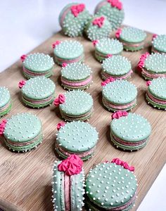 These cactus macarons are hysterical. Perfect for a fun and spunky br… Umm hello! These cactus macarons are hysterical. Perfect for a fun and spunky bridal or baby shower. Cactus macarons 🌵 by Custom color of icing and shells using Cactus Cake, Cactus Cactus, Cactus Cupcakes, Cactus Food, Indoor Cactus, Kreative Desserts, Macaron Cookies, Shortbread Cookies, Cute Baking