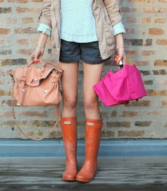 40 Inspiring Street Style Snaps For Summer Look Fashion, Womens Fashion, Spring Fashion, Fashion Shoes, Fashion Tips, Rain Gear, Mode Chic, Hunter Rain Boots, Look Cool