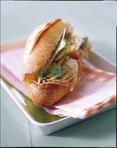 Recette Sandwichs artichauts-parme : Faites mariner les artichauts la veille si possible pour qu'ils soient plus confits, mais on peut aussi les préparer au dernier moment.Faites chauffer 10 cl d'eau. Epluchez les artichauts et émincez-les finement dans le sens de la hauteur. Mettez-les dans...