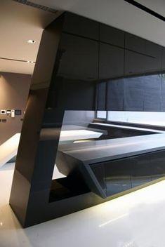 Pieza inclinada lacada de una pieza de 3 metros de altura por 1 metro de ancho