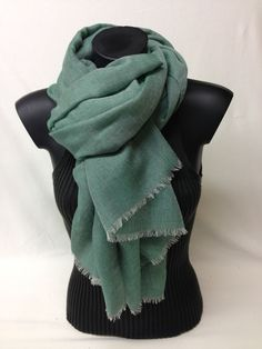 Sciarpa unita in cashmere. modal e seta. Piece dyed scarf in cashmere, modal and silk. www.millenium-srl.it