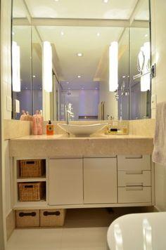 O ponto alto deste banheiro feminino com 5,2 m², projetado pela arquiteta Tania Bertolucci Delduque, é a iluminação em opaline acoplada sobre o espelho, que ilumina o rosto de frente sem criar as sombras que a iluminação tangente (de cima) provoca. A cuba da Deca em linhas arredondadas destaca-se sobre o tampo da bancada crema marfil.