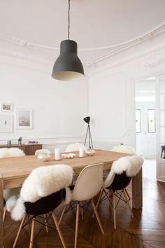 Les objets du commerce comme le lampadaire de Habitat partage la pièce avec une touche vintage avec cette enfilade scandinave.