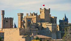 """Navarra, al norte de la península Ibérica, es conocida como la """"tierra de la diversidad"""". En un territorio relativamente pequeño se suceden bosques, cuevas, paisajes de montaña en los Pirineos, ríos de colores increíbles, castillos, y hasta paisajes desérticos. Es una de las mejores colecciones de paisajes de España en un mismo territorio, también atravesado …"""