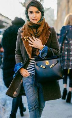 Miroslava Duma é super inspiração para look inverno, usando peças tradicionais/clássicas como o jeans, blusa listrada, paletó e bolsa Hermés,