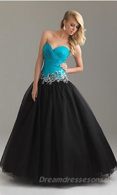 Love how this dress is divided into two colors