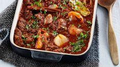 Stifado eli lihapata Greek Recipes, Low Carb Recipes, Stifado, Food Porn, Albondigas, Cook At Home, Chili, Food And Drink, Soup