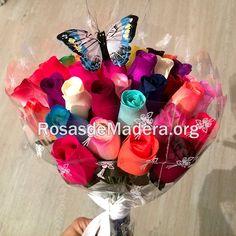 Mariposas de colores en ramos de rosas de madera