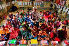 Sir Fazle Hasan Abed, fondateur de BRAC et lauréat du WISE Prize for Education 2011, avec des élèves dans une école primaire BRAC dans le bidonville de Korail, à Dhaka, au Bangladesh.http://talkaboutbd.com/