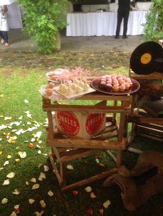 Galletas mantequilla con fondant, mini cupcake, mini brownie | Mesa de postres vintage | Postrería