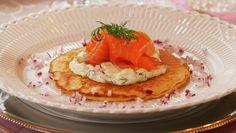 Blinis med røkelaks og urterømme med agurk Scandinavian, Eggs, Dining, Breakfast, Food, Morning Coffee, Egg, Meals, Yemek