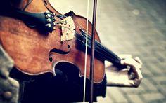 Formado por alunos com deficiência auditiva, grupo realiza concerto com repertório próprio e instrumentos de sopro, corda e metal.