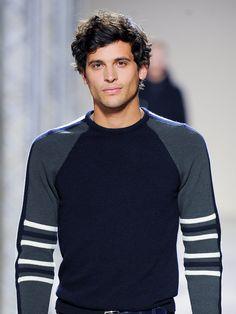 Locken bei Männern müssen nicht immer altbacken aussehen, sie können richtig sexy wirken, so wie bei diesem Hermès Model. Zu Recht Teil unserer Trendfrisuren für Männer Galerie!Alles zum Thema Haare und Frisuren seht ihr hier: Frisuren