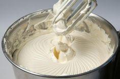 Sortez le beurre une bonne heure avant à température ambiante. Coupez-le en morceaux. Quand il est pommade fouettez-le au mixeur doucement pour le lisser.