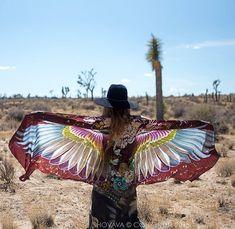 A designer Roza Khamitova lançou uma bela coleção de lenços pintados a mão. São asas coloridas de vários pássaros, que usados como xale criam a ilusão de asas. #olhardemahel #moda #lenços
