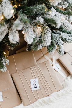 Awesome 42 Excellent Diy Handmade Christmas Decorations Ideas That Inspire You. Christmas Tree Trimming, Christmas Tree Farm, Christmas Candles, Christmas Books, Modern Christmas, Christmas Gifts, Scandinavian Christmas, Christmas Stockings, Christmas Packages