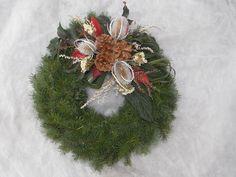 Dušičkový věnec Dušičkový věnec z chvojí (smrk, tůje). Přizdobený přírodninami. Velikost věnce cca 30cm (slaměná podložka 25 cm). Lze sladit do barvy, dle přání. Velikost podložek 15, 20, 25, 30, 40 cm. Cena se liší dle velikosti věnce. Dušičkové věnce budu zasílat od 15. října. Funeral Flowers, Lanterns, Christmas Wreaths, Centerpieces, Gardening, Holiday Decor, Flowers, Christmas Garlands, Holiday Burlap Wreath