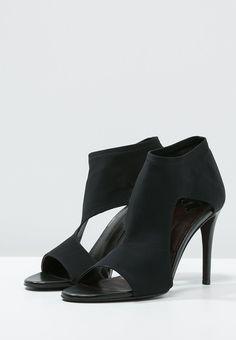 Dieser außergewöhnliche Schuh ist ein raffinierter Hingucker. By Malene Birger DESIREES - Schaftsandale - black für 319,95 € (17.12.15) versandkostenfrei bei Zalando bestellen.