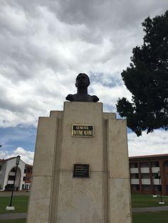 """Busto al General Antonio Nariño """"Ame a mi patria... Cuan grande fue ese amor, lo dirá algún día la historia"""" en la Escuela Militar de Cadetes """"General José María Córdova"""" (ESMIC) del Ejército de Colombia. Bogotá- Colombia"""