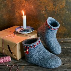 Huovutetut tossut | Meillä kotona Rubber Rain Boots, Knitting Patterns, Slippers, Crochet, Handmade, Knits, Jay, Felt, Tutorials