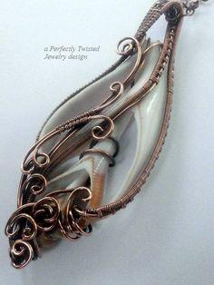 Eingebundenen Sea Shell Anhänger, in Scheiben geschnitten Muschel Halskette Draht, handgefertigte Draht Schmuck, antikisiert Kupferdraht Schmuck, vollkommen verdreht zu weben