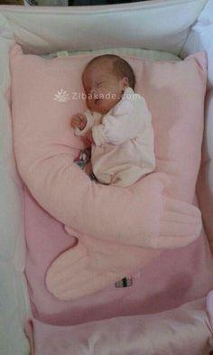 آموزش دوخت سیسمونی نوزاد دو لایه ی بالش رو - زیباکده Diy Bebe, Baby Sewing Projects, Baby Pillows, Baby Hacks, Baby Crafts, Baby Care, Kids And Parenting, Baby Quilts, Baby Photos