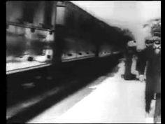 """Na primeira sessão de cinema, os irmãos Lumière exibiram 10 filmes com 40 a 50 segundos cada um. Os filmes até hoje mais conhecidos dessa primeira sessão foram """"A saída dos operários da Fábrica Lumière"""" e """"A chegada do trem à Estação Ciotat"""", cujos títulos já retratam bem seus conteúdos."""