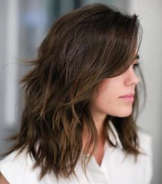 50 Best Medium Length Layered Haircuts in 2020 - Hair Adviser - - Are you bored of your look? Layers are a great way to spice up dull hair! Check out these 50 stunning medium length layered haircuts and hairstyles! Medium Choppy Haircuts, Choppy Cut, Haircut Medium, Long Haircuts, Medium Haircuts With Layers, Medium Brunette Hairstyles, Choppy Mid Length Hair, Brown Hairstyles, Latest Hairstyles