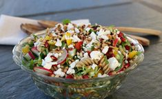 Pastasalat med fetaost, granateple og rista pinjekjerner - LINDASTUHAUG Pasta Salad, Cobb Salad, Food And Drink, Healthy, Ethnic Recipes, Food, Recipes, Crab Pasta Salad, Macaroni Salad