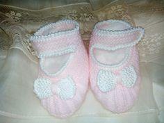 Rebeca,gorro y patines en lana muy fina rosa y perle de algodón blanco.   Es igual que el conjunto Julia de bautizo,pero varia en color y ...
