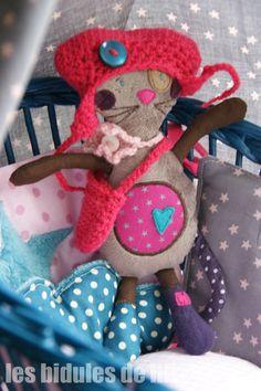 Gaufrette ... la souricette coquette Il était une souris frileuse qui ne sortait jamais sans son bonnet ! et surtout sans son sac à main ! On ne sait jamais !