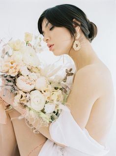 Natural and minimalistic style bridal editorial featuring modern ocean themes and pops of gold. #bridaleditorialphotography #modernbridalstyle #modernminimalistbride