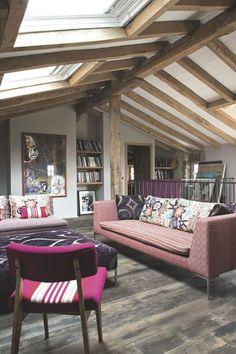 À l'étage, le salon TV mêle les styles avec des canapés confectionnés par Vincent Pavelic Décoration à Pau et des chaises Jean-Vier. Au mur, une oeuvre de Peter Webb.