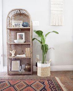 Boho shelf decor with rattan shelf, macrame and vintage rug. Rattan, Wicker, Cane Shelf, Second Hand Stores, Cozy House, Decoration, My Room, Vintage Rugs, Bookshelves