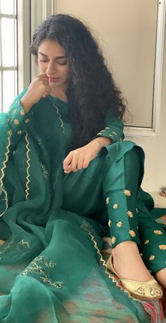 Eid Outfits Pakistani, Pakistani Fashion Party Wear, Pakistani Formal Dresses, Pakistani Dress Design, Indian Outfits, Eid Dresses, Pakistani Bridal, Simple Kurti Designs, Kurti Neck Designs