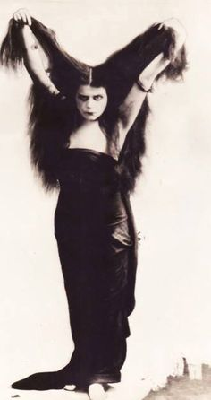 theda bara (Photo taken for the 1915 film, SIN - Thanks Dario Witer for the info. Old Pictures, Old Photos, Vintage Photos, Maurice Sendak, Silent Film Stars, Movie Stars, Film D'action, Popular Actresses, Old Hollywood Glamour