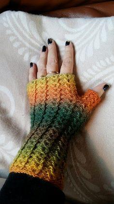 Pulsvanter med falsk flette Different Textures, Fingerless Gloves, Arm Warmers, Winter Outfits, Diy And Crafts, Knit Crochet, Mittens, Knitting, Blog