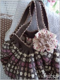 A pattern for a larger crochet bag, with so many possibilities for different color and yarn combinatio and for different occasions.