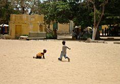 Un petit foot? Île de Gorée - Blog Voyage Trace Ta Route www.trace-ta-route.com  http://www.trace-ta-route.com/senegal-escapade-dakar/  #tracetaroute #senegal #goree #football
