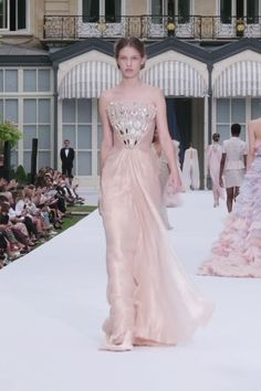 Ralph & Russo Look Autumn Winter Couture Collection. Rose Gold Silk Chiffon Draped Strapless Sheath Evening Maxi Dress / Evening Gown with a Micro-Pleated Bodice. Runway Show by Ralph & Russo Haute Couture Dresses, Haute Couture Fashion, Couture Week, Ralph & Russo, Pakistani Bridal Wear, Pakistani Dresses, Chiffon Dress, Silk Chiffon, Silk Gown